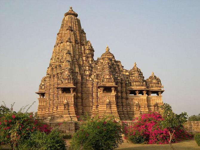 Самые необычные храмы в мире с порнографическими изображениями