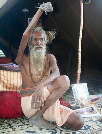 Отшельник, который прожил с поднятой рукой 38 лет