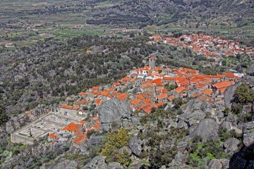 Португальская деревня среди валунов (12 фото)