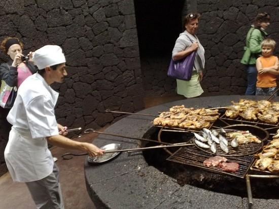 В Ресторане «El Diablo» пища готовится над кратером действующего вулкана (3 фото)