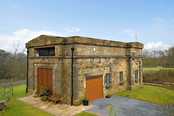 Современный особняк в здании насосной станции в Англии (9 фото)