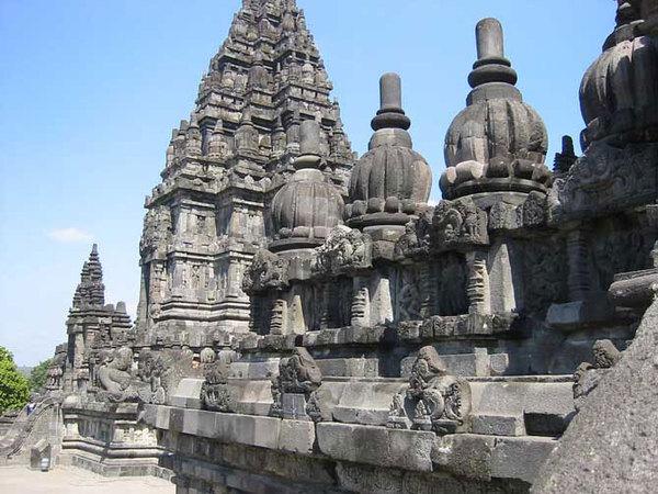 Прамбанан - самый большой буддистский памятник (11 фото)