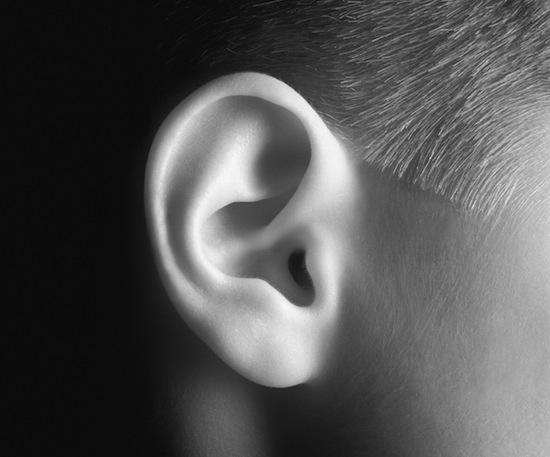 Ваше правое ухо лучше слышит речь, а левое — музыку