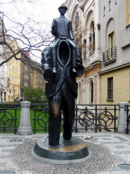 30 самых абсурдных скульптур в мире (30 фото)