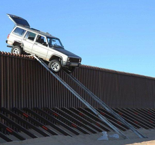 Необычная попытка пересечь границу (5 фото)