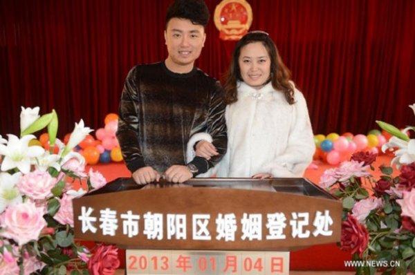 4 января в Китае заключили брак миллионы пар (4 фото)