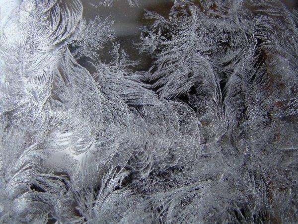 Зимнее волшебство на стекле (12 фото)