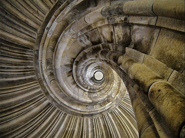 Средневековые винтовые лестницы «закручены» по часовой стрелке для того, чтобы поставить захватчика в невыгодную позицию