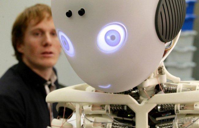 Робот-мальчик, который помогает пожилым людям