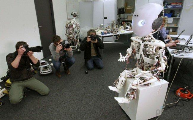 Roboy – робот-мальчик, который будет помогать пожилым людям в быту (7 фото)