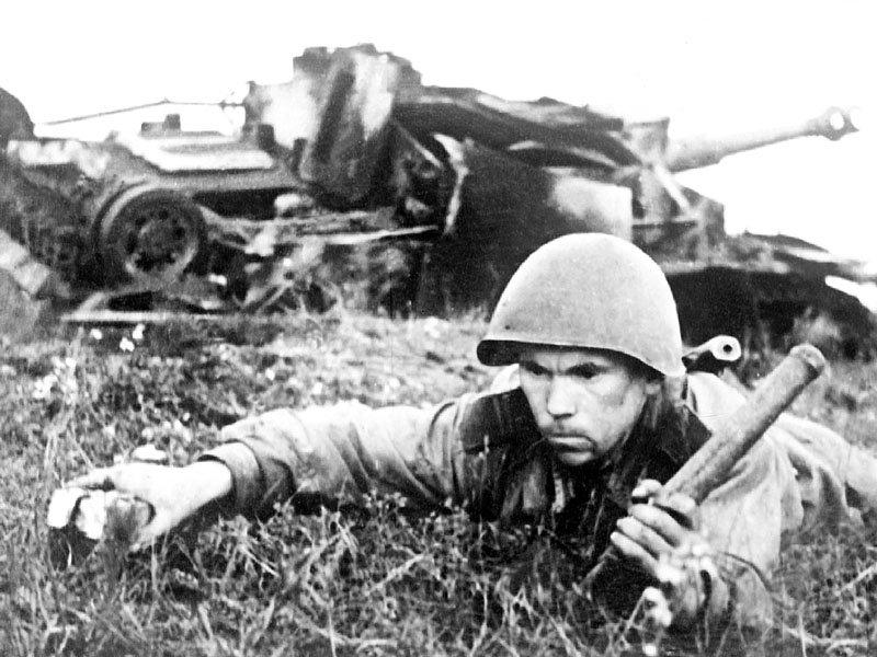 Сапер обезвреживает немецкие мины