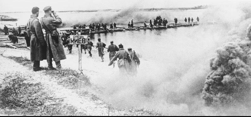 Прикрытием танка идет в атаку 1943 г