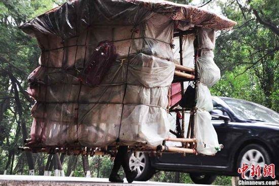 Человек-улитка из Китая носит свой дом на спине, куда бы он ни пошёл (4 фото)