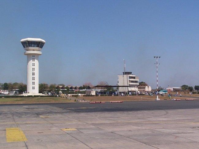 Необычный аэропорт в Гамбии (2 фото)