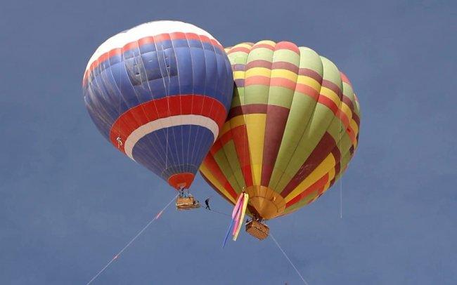 Прогулка на высоте между воздушными шарами (11 фото)