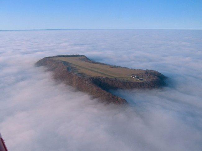 Фото дня 29.04.2014 - Невероятная посадочная полоса над туманом