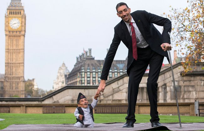 Самый высокий человек в мире встретился с самым маленьким человеком