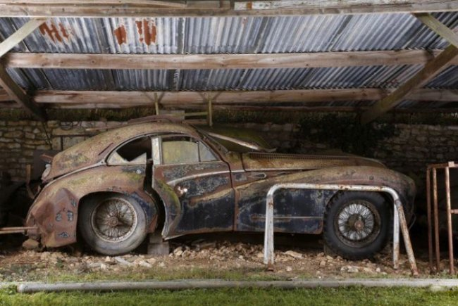 Заброшенные раритетные автомобили во Франции (21 фото)