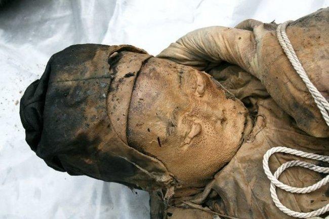 Древняя мумия, обнаруженная в результате дорожных работ (6 фото)