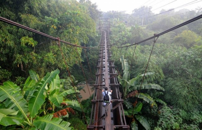 Путь в школу через подвесной мост (10 фото)