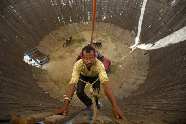 «Колодец смерти» в Непале (9 фото)