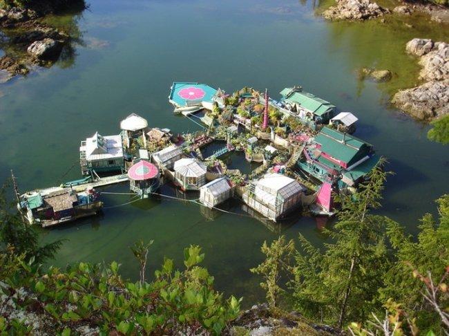 Искусственно-созданный остров в океане (10 фото)