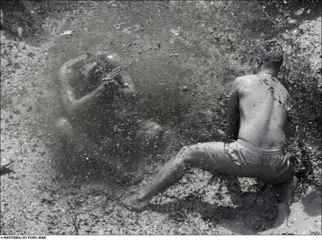 Фестиваль морской грязи (10 фото)