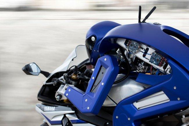 Робот, управляющий супербайком Yamaha (4 фото + видео)