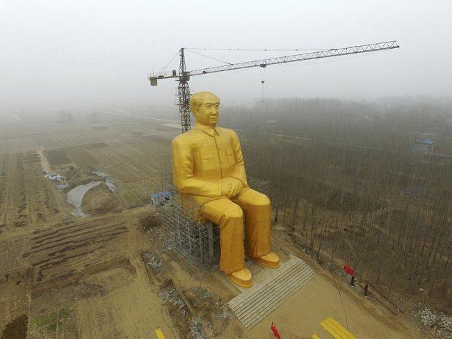 В небольшой деревушки Китая появилась 36-метровая золотая статуя Мао Цзедуна