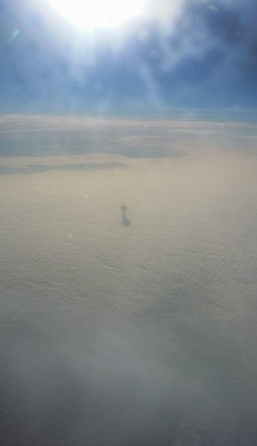 Пассажир самолета увидел человека в облаках (3 фото)