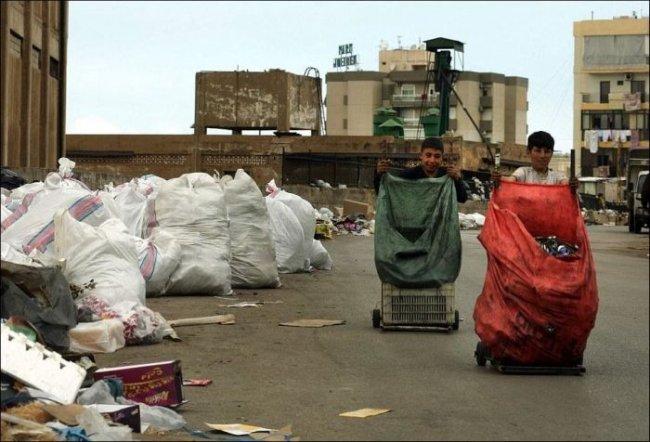 Река из мусора на улицах Бейрута (8 фото)