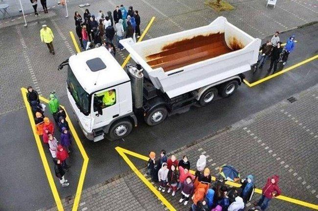 Слепые зоны у грузовика (фото дня)