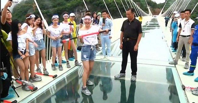 Самый длинный стеклянный мост в мире решили проверить на прочность