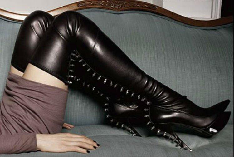 Сучки женщина в мини юбке колготках в ботфортах фото в контакте груди студенток