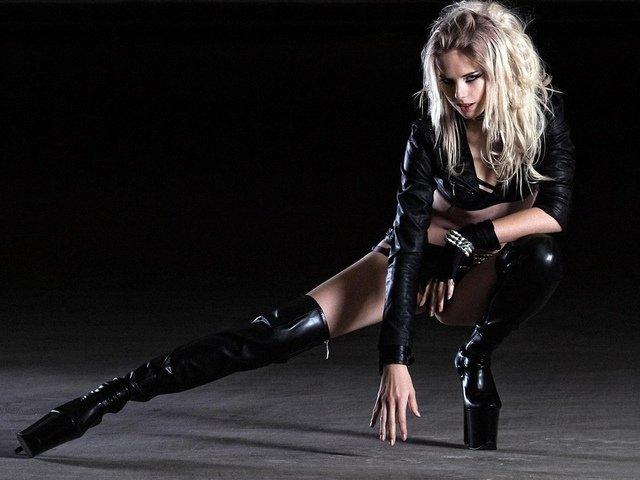 скачать бесплатно фото красивых девушек блондинок в чёрных сапогах
