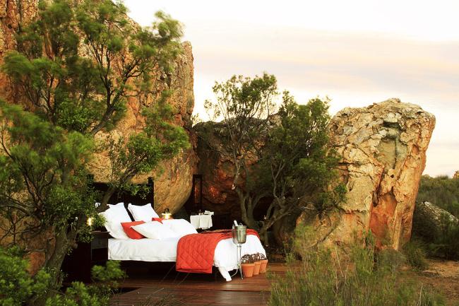 Отель в скальных пещерах в ЮАР (7 фото)