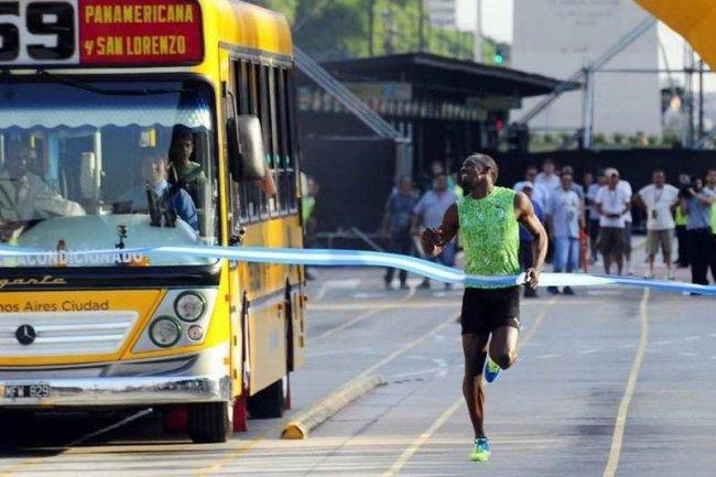 Ямайский спринтер Усейн Болт пробежался на перегонки с автобусом (фото дня)