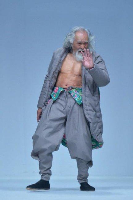 Китаец покорил подиум в свои 80 лет (6 фото)