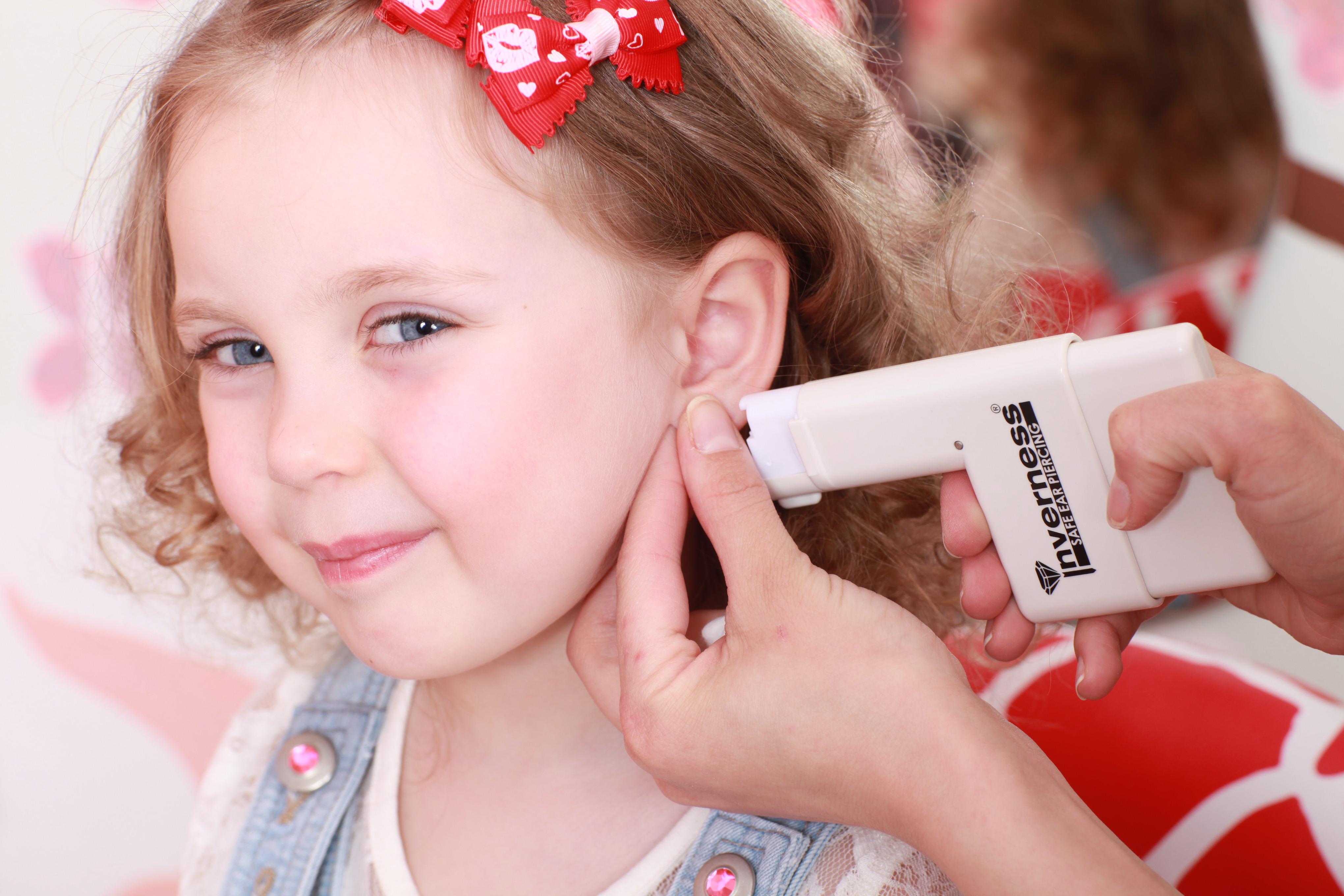 Когда ребенку прокалывать ухо фото