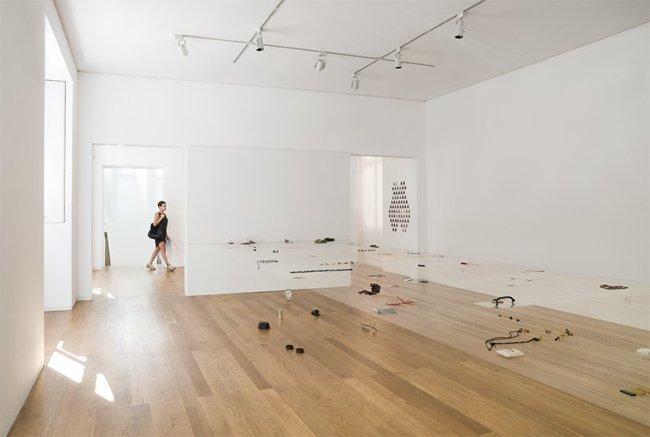 «Невидимый» выставочный стол от Fernando Brízio (11 фото)