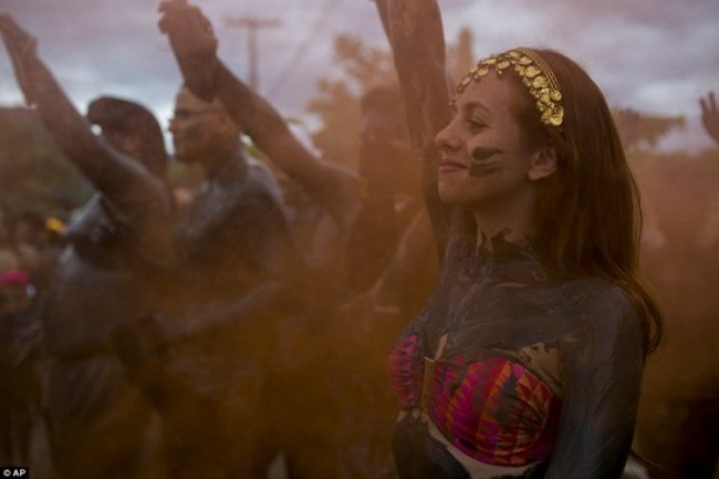 Грязевая вечеринка в Бразилии (9 фото)