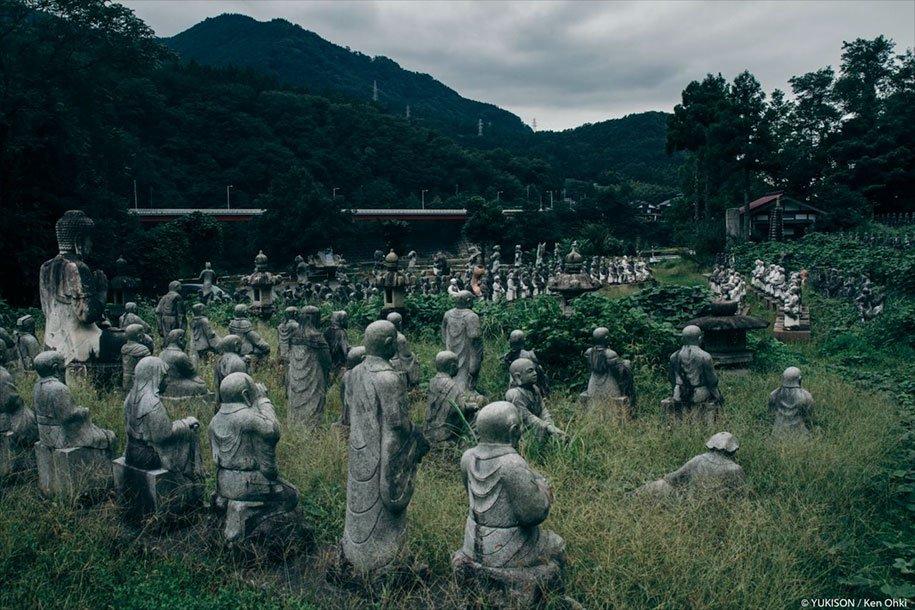 В Японии найдена деревня с множеством статуй (13 фото)