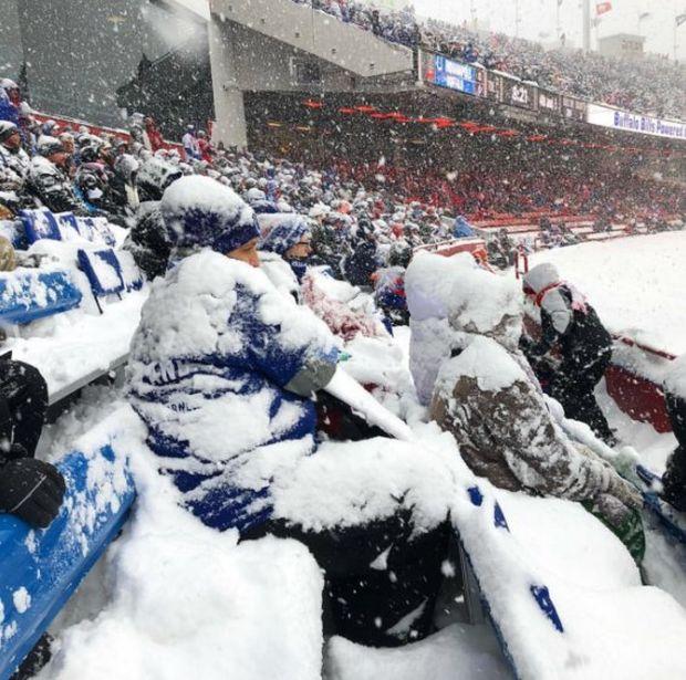 На матче по американскому футболу выпала тонна снега (9 фото)