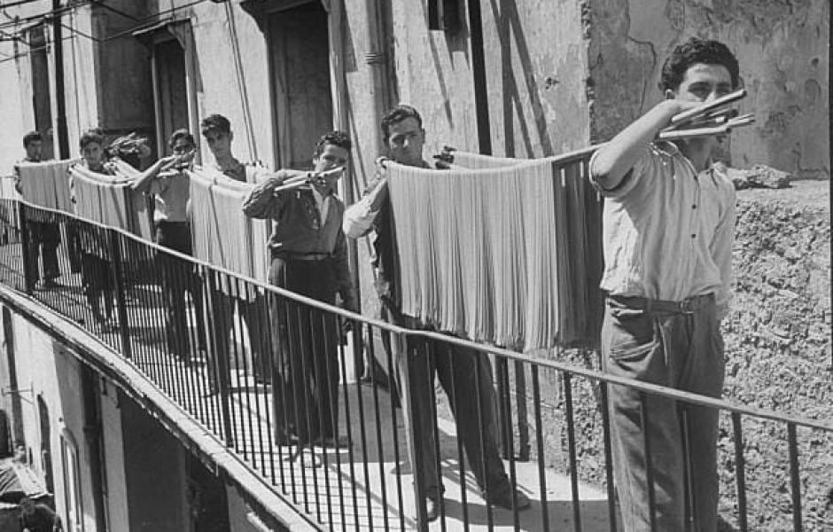 Производство спагетти, Италия, 1932 год  (фото дня)