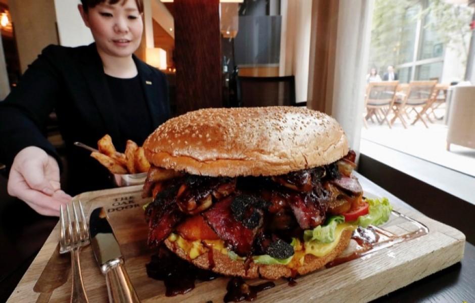 Огромный японский бургер за $900 (фото дня)