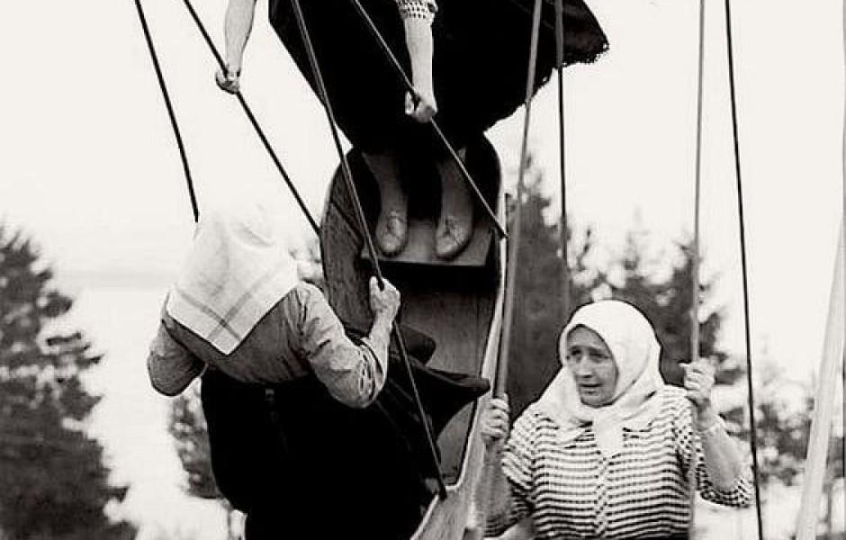 Бабушки на качелях, Словакия, 1966 год (фото дня)