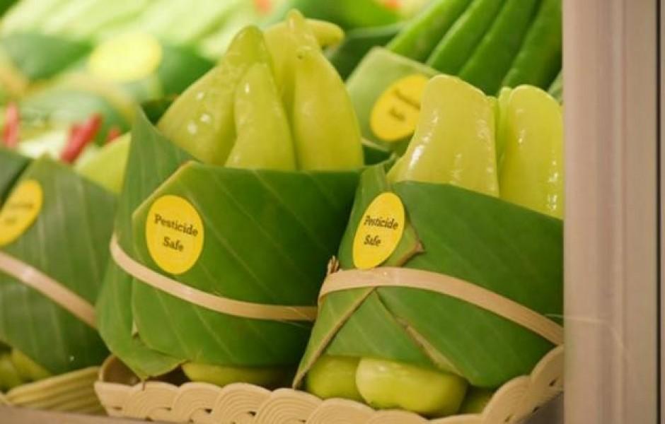 Листья бананов вместо пластиковой упаковки (6 фото)
