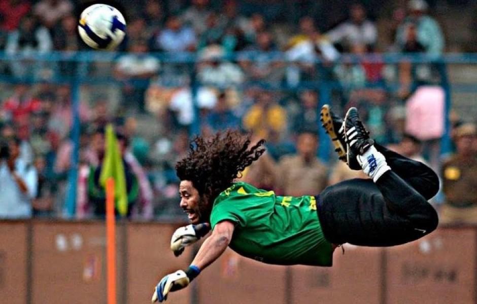 Самые необычный футбольный вратарь