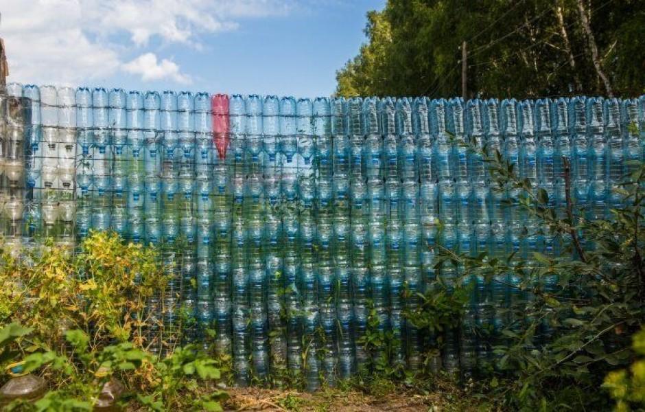 Дачный забор из пластиковых бутылок длиной 50 метров (8 фото)