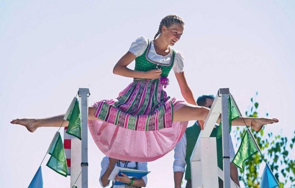 Прыжки в национальных костюмах (27 фотографий)